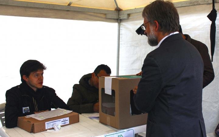 Antanas Mokus acercándose a su puesto de votación en la Hemeroteca de la Universidad Nacional