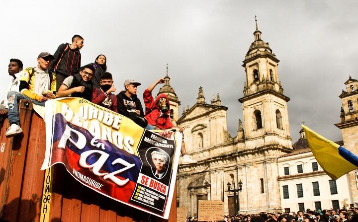 Protestas frente a la Plaza Simón Bolívar el 22N, horas antes del toque de queda en Bogotá