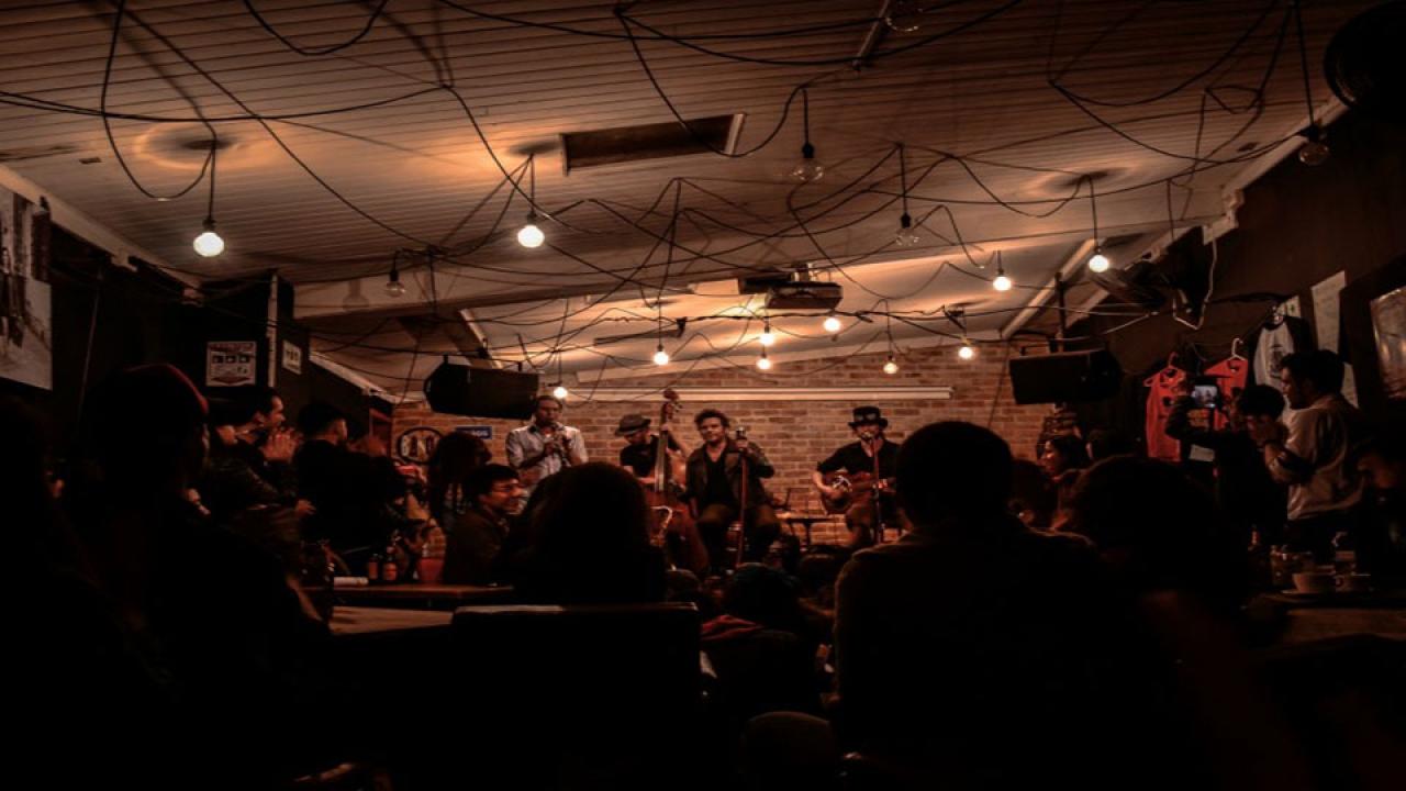La 'melancolía bailable' de Burning Caravan, una familia musical