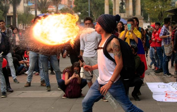 Los estudiantes se asentaron a los alrededores del Instituto y algunos de ellos realizaron manifestaciones artísticas. Foto: Jessica Zapata