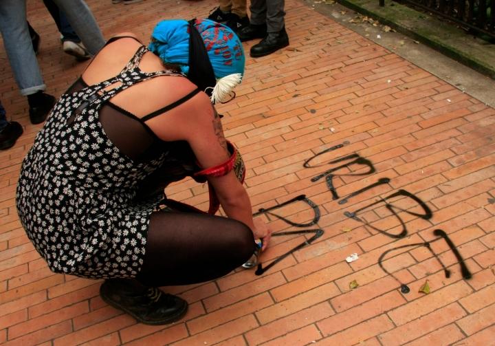 Los manifestantes plasmaron sus premisas en los suelos y paredes del centro de Bogotá. Foto: Jessica Zapata