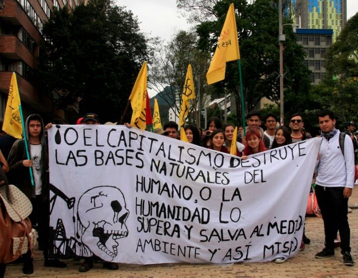 Los grupos de jóvenes llevaban todo tipo de banderas y pancartas para la protesta. Foto: Jessica Zapata