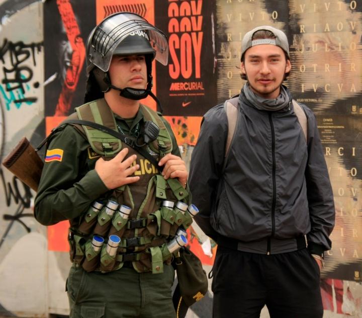 Algunos jóvenes manifestantes se acercaron a los cuerpos policiales de manera pacífica. Foto: Jessica Zapata