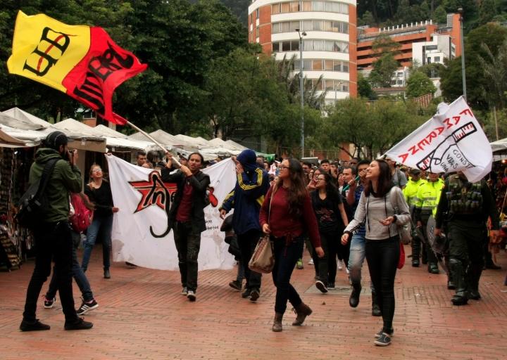 Grupo de estudiantes de la Universidad Distrital arriba a la sede del Icetex. Foto: Jessica Zapata
