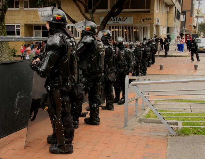 Cuerpos del Esmad organizados en los alrededores del Icetex. Foto: Jessica Zapata