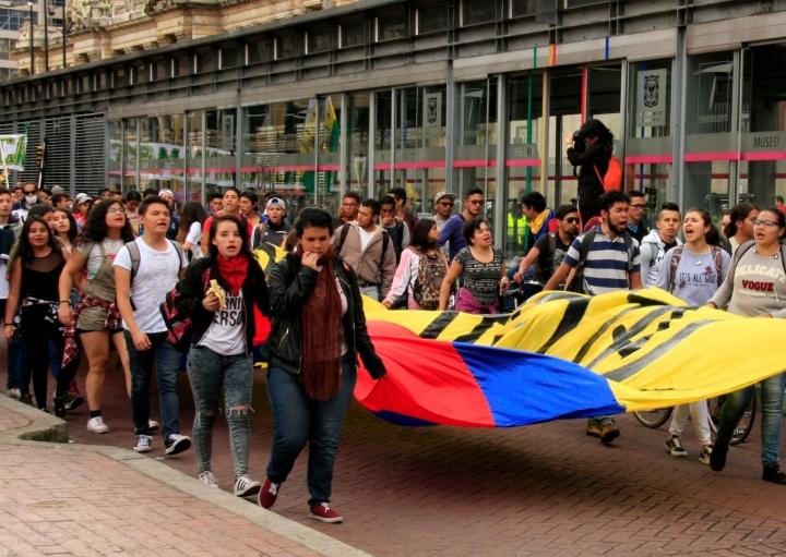 El grupo más grande de estudiantes avanzando por la Av. Jiménez hacia el Icetex. Foto: Jessica Zapata
