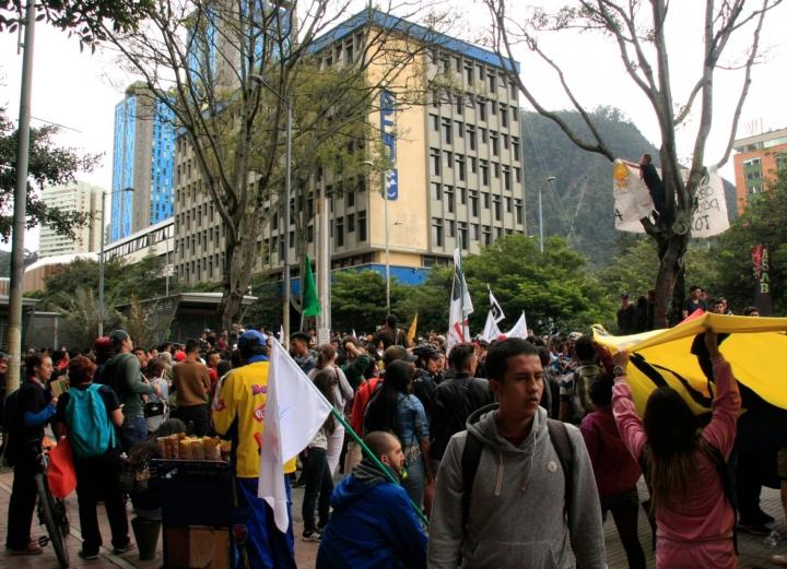Manifestantes de varias universidades de la ciudad frente al Icetex. Foto: Jessica Zapata