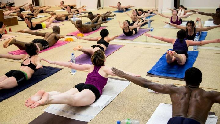 Bikram: La fuerza extrema del yoga