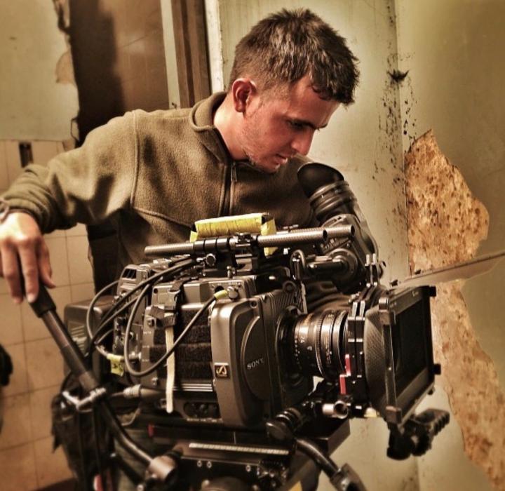 Dayron Pérez realizando sus labores de director de fotografía.