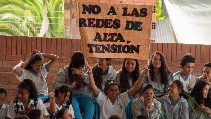 Decenas de pancartas mostraron el desacuerdo de la comunidad con los proyectos mineroenergéticos. Foto: Juan Camilo Mantilla