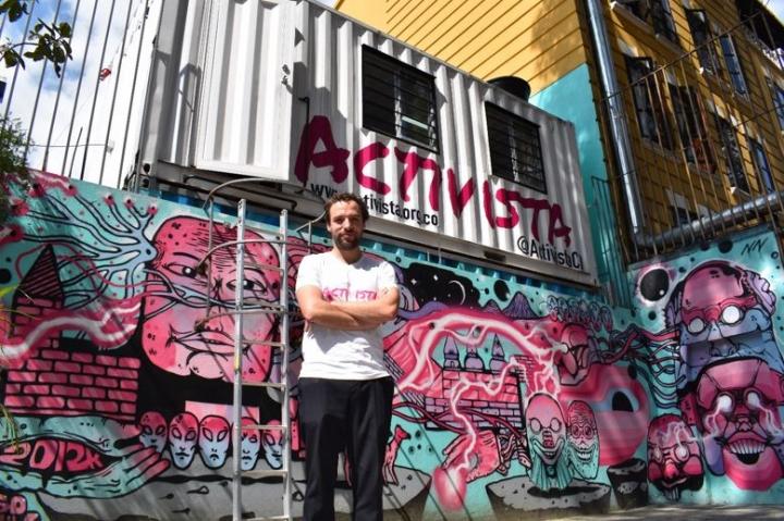 Con este contenedor en el Parque del Virrey con Carrera 15 como sede de campaña, Luis Ernesto Gómez busca ser un alcalde 'Activista'.