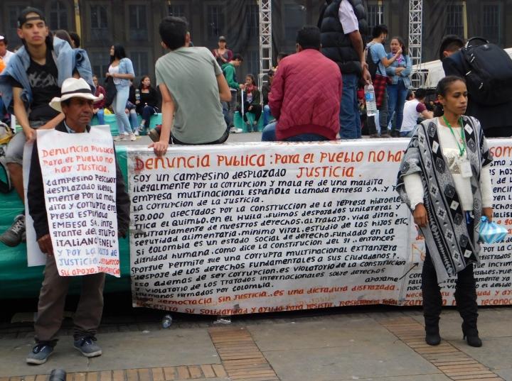 Corrupción, desplazamiento forzado, desempleo. Problemas que aún aquejan a los colombianos. Algunos manifestantes exigieron el cumplimiento de sus derechos para llevar una vida digna.