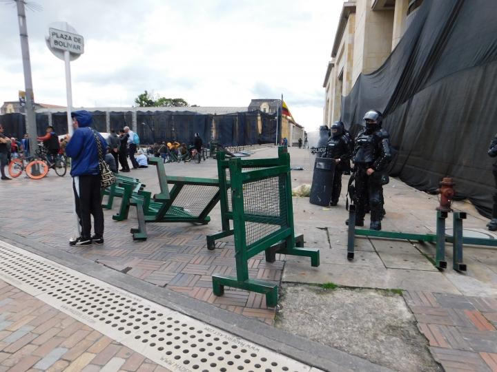 El ESMAD, después de empezar a lanzar los gases lacrimógenos, se ubicó a los alrededores de la Plaza de Bolívar.