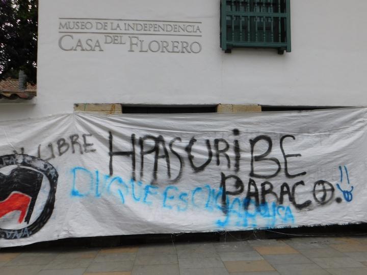 Aún se expresa la inconformidad de muchos colombianos frente al pasado gobierno de Álvaro Uribe Vélez y sus pronunciamientos frente a temas polémicos.