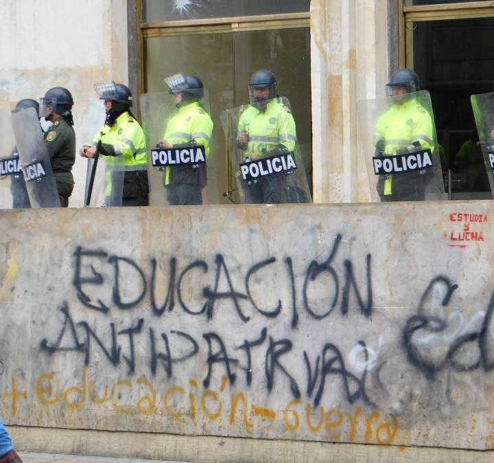 """""""Más educación, menos guerra"""", rezaban algunas arengas. La Policía y el ESMAD rodeando el Ministerio de las Tecnologías de la Información y de la Comunicación (MinTIC)"""