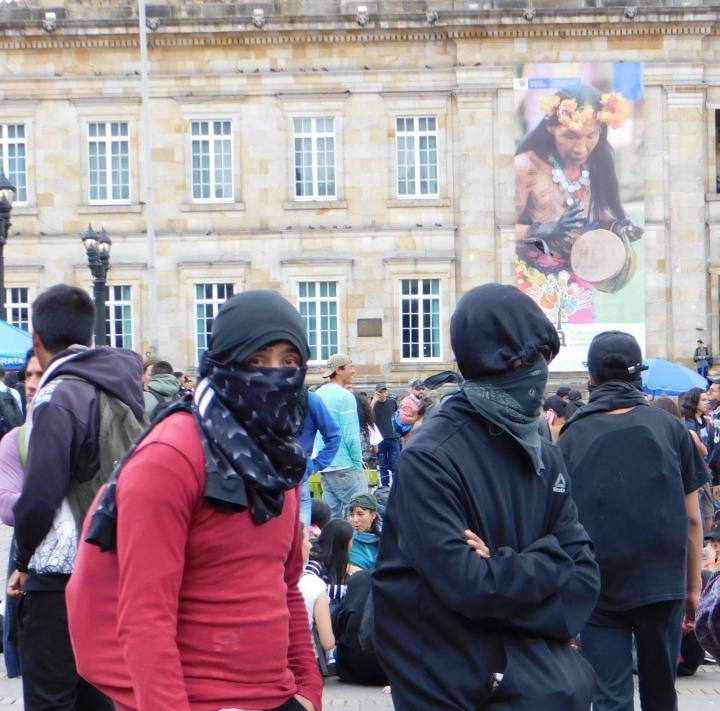 Con pañoletas para proteger sus rostros de los gases lacrimógenos. Así protestaron algunos asistentes al Paro Nacional.