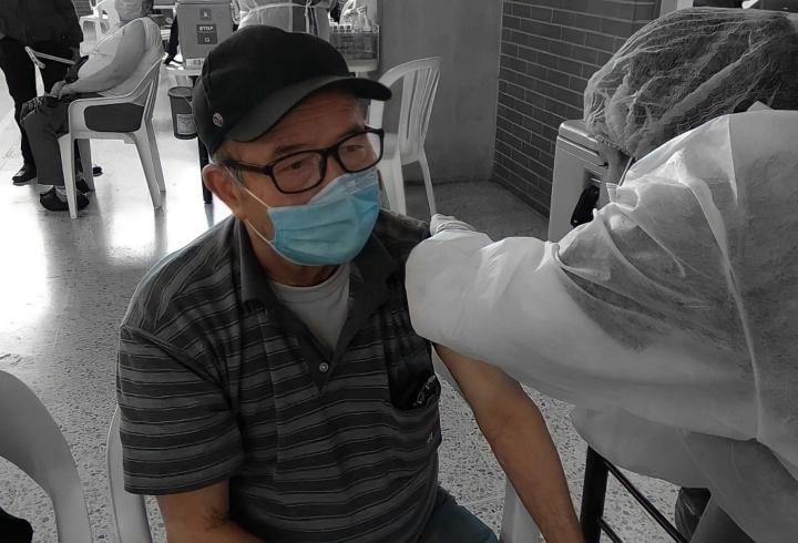 Gonzalo recibiendo la primera dosis.