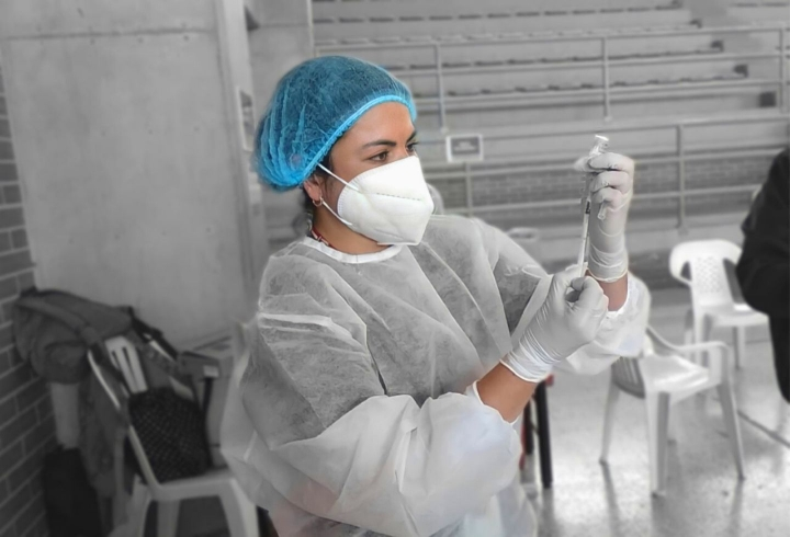 Enfermera preparando la vacuna.