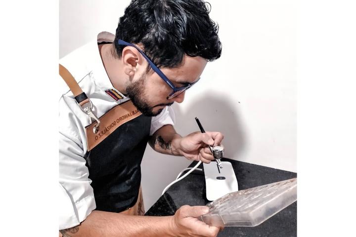 Michael Gonzales trabajando en un pedido
