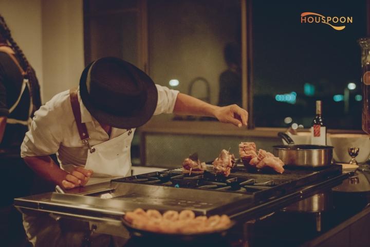 Un chef que sazona ante desconocidos cada viernes