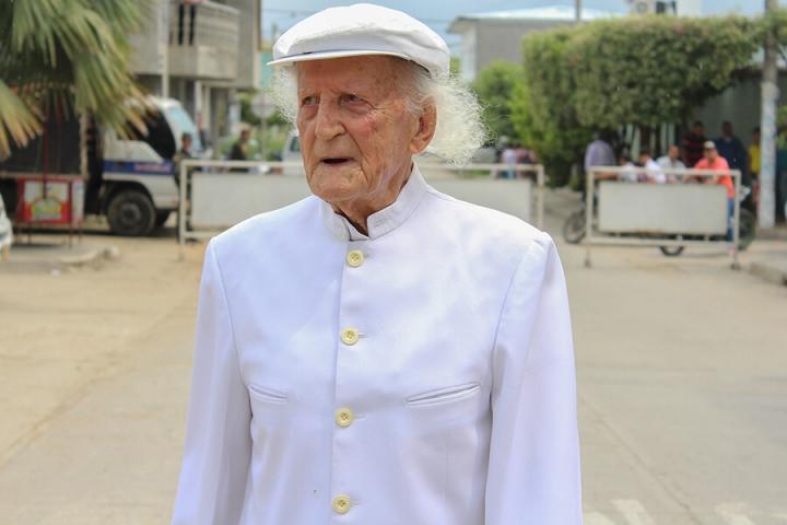 Aquiles Trevisi Mantilla, ganadero y escritor, que siempre viste de blanco para mostrar su apoyo a la paz.
