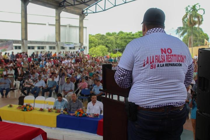 En San Alberto, Cesar, un grupo de personas uso camisas en contra de la Ley de Restitución de tierras antes de reunirse con el Procurador, Alejandro Ordoñez.