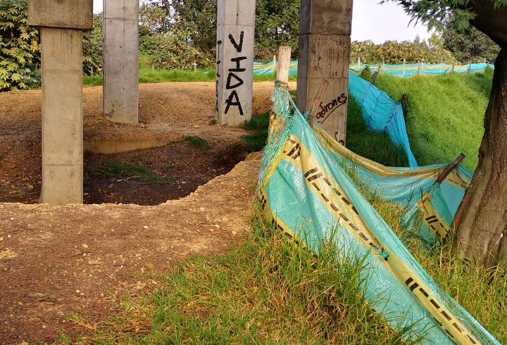 Vida y ladrones, graffitis en los cimientos