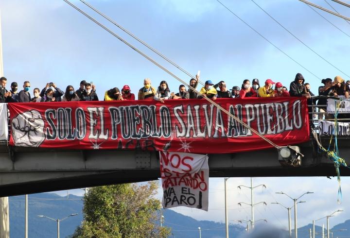 Pancarta en puente de Transmilenio Portal Norte 12/05/2021