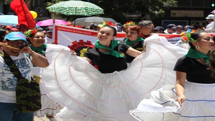 Los bailes típicos y la música robaron la atención del público dentro de la marcha