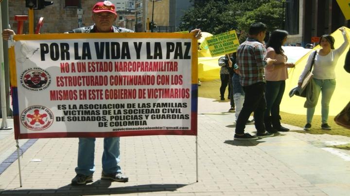 El Presidente de la asociación de las familias de las víctimas de la sociedad civil de soldados, policías y guardias de Colombia atiende la protesta