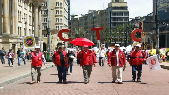 Miembros de la Confederación de Trabajadores de Colombia marchan