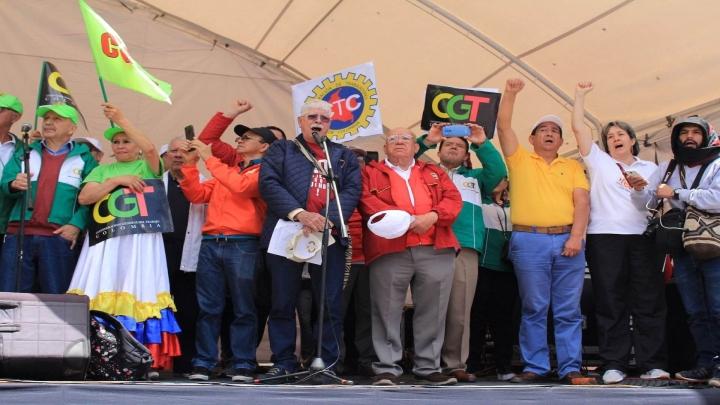 Directores de varios sindicatos y organizaciones laborales en el acto central en la Plaza de Bolívar