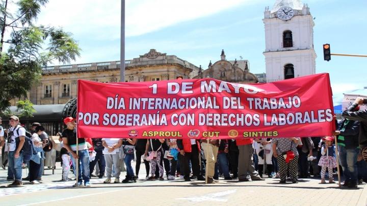 Los manifestantes recorriendo la carrera Séptima para llegar a la Plaza de Bolívar.