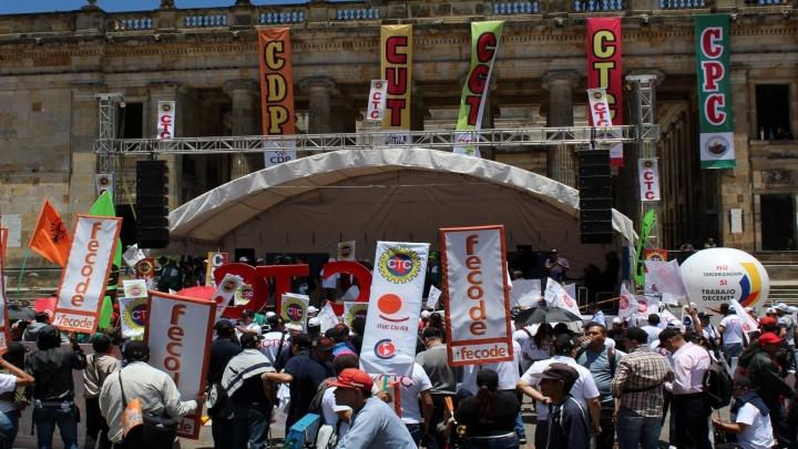 La tarima de los líderes sindicales ubicada delante del Congreso de la República.