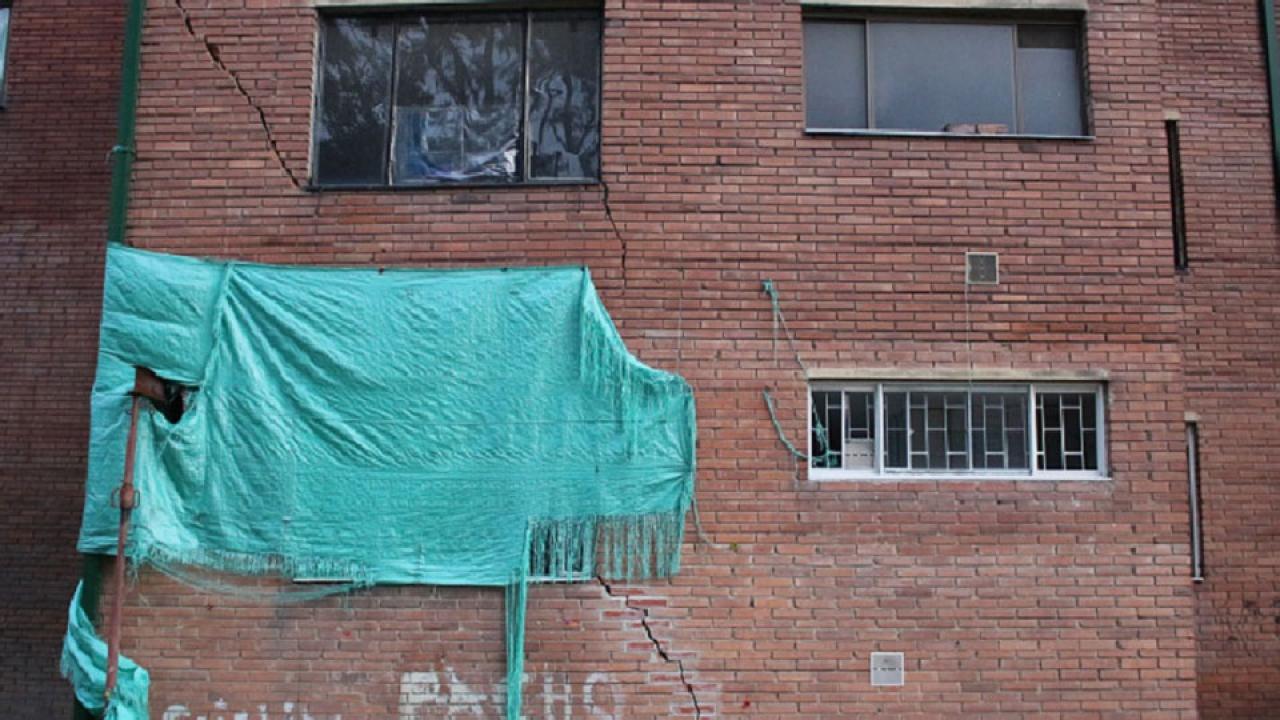 Evacuan un edificio en Kennedy por daño estructural