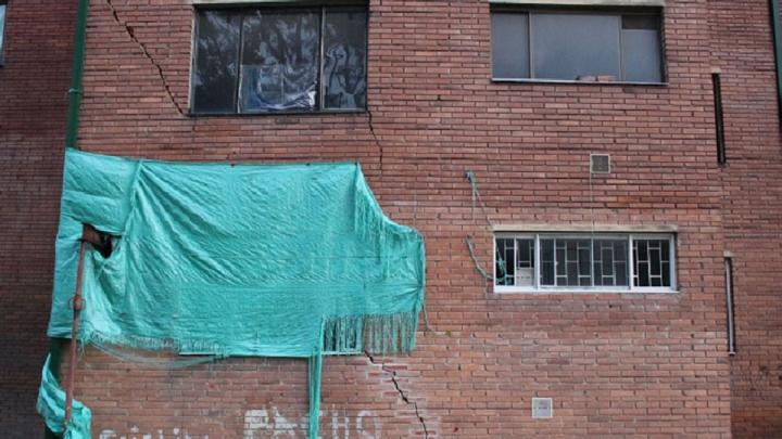 La grieta de más de 5 metros de largo obligó a evacuar el edificio afectado