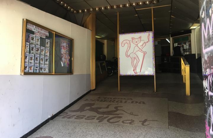 En un recoveco de la Carrera Séptima, se encuentra un lugar solitario y antiguo, que es el único cine que proyecta películas porno actualmente.
