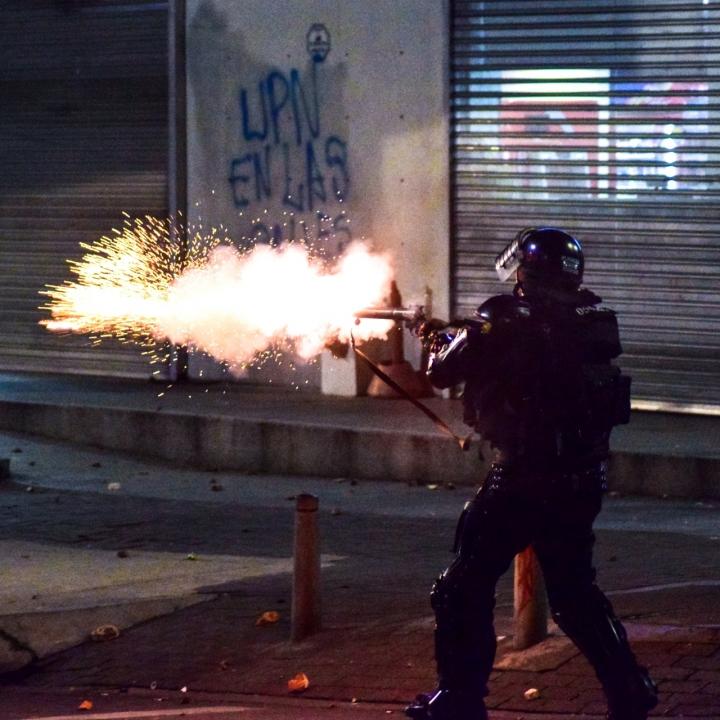 El ESMAD intentó por medio de la fuerza dispersar a los estudiantes, sin ningún éxito.