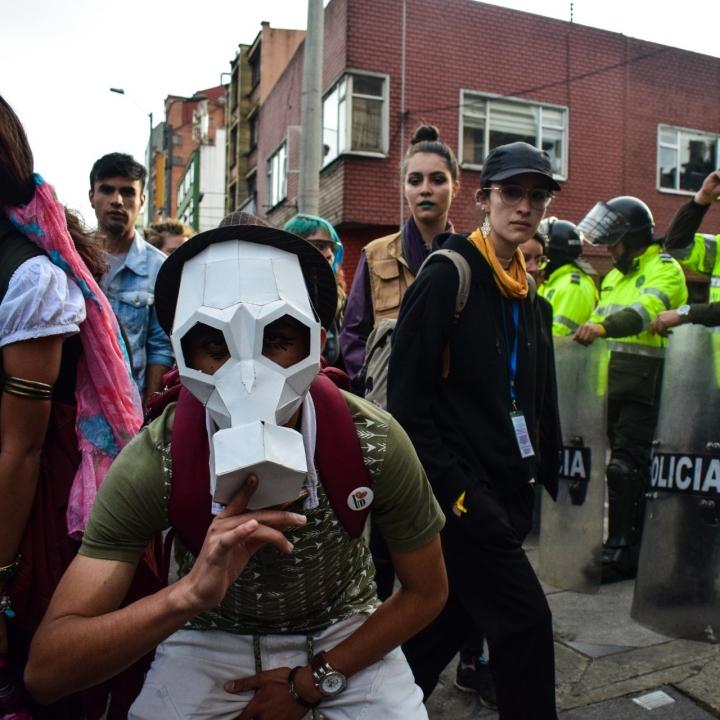 Las críticas al ESMAD se hicieron vigentes con máscaras y pancartas, exigiendo su derecho a la protesta. .