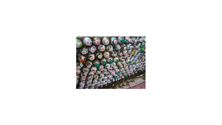Muro construido con ecoladrillos.
