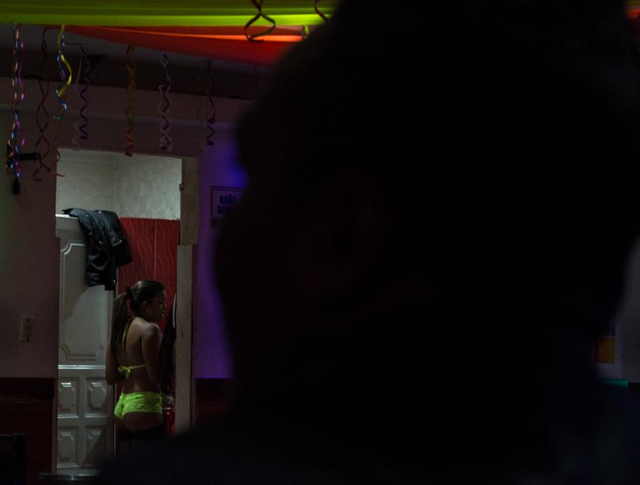 """Más de 23 mil mujeres ejercen la prostitución en Bogotá. Además, este """"negocio"""" es el sustento de  miles de empleados que no practican el trabajo sexual.  Foto: Julián Ríos"""