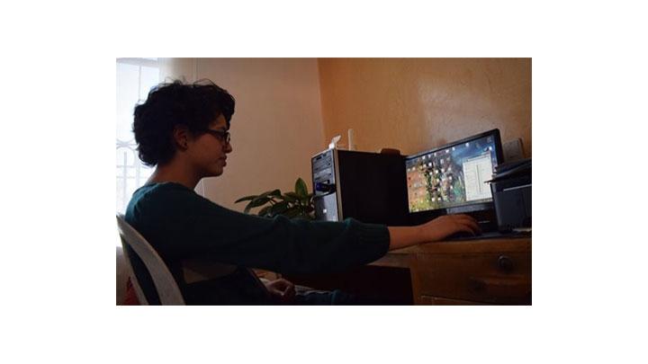 Lina Casallas mirando ofertas de empleo.