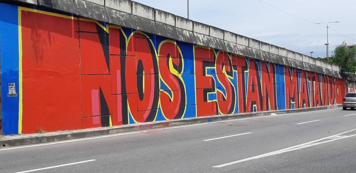 'Nos están matando' se encuentra ubicado en el costado del puente San Mateo frente a Makro, fue uno de los murales que se vio afectado por la censura y fue restaurado