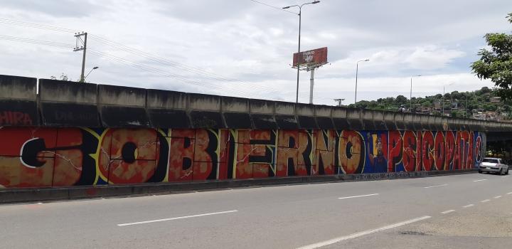 'Gobierno Psicópata' es el otro mural, también lo intentaron censurar, pero se volvió a pintar, se encuentra en el puente de San Mateo, al costado frente al Éxito