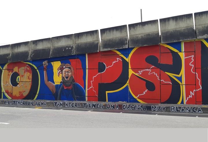 En el mismo mural de 'Gobierno Psicópata' encontramos un homenaje a Lucas Villa, una de las víctimas asesinadas en el marco del Paro Nacional. En la parte de abajo esta la frase 'Para tener un alma tan negra tienes una camisa muy blanca'