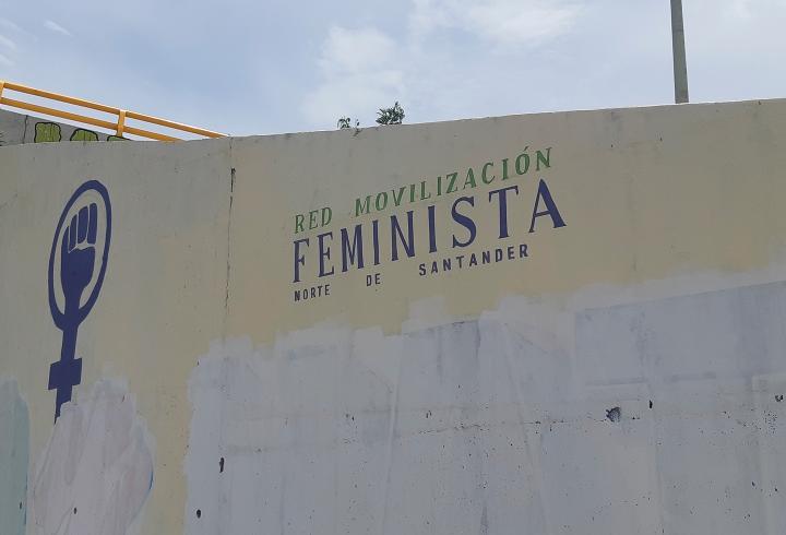La Red de Movilización Feminista de Norte de Santander se tomó los espacios del Puente de San Rafael. El Mural que tenía el mensaje 'La Fuerza Pública viola y mata', fue censurado