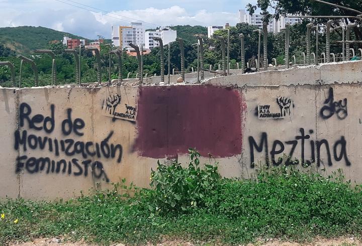 En el mismo puente, a uno de los costados se encuentran estos grafitis de la comunidad 'Meztina'