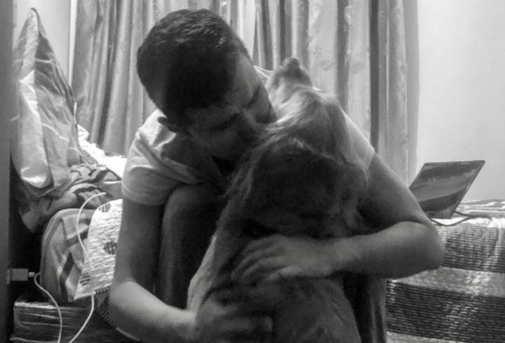 Dr. Hernández le da amor a su perro Bruno