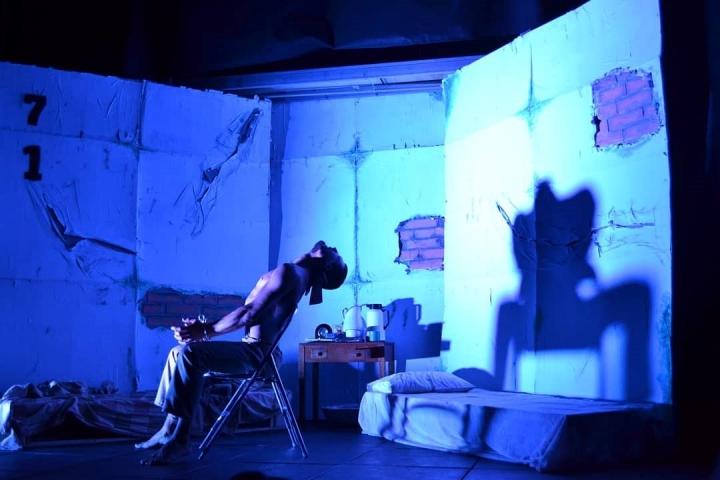 El uso de colores, sombras y movimientos caracterizan los lenguajes no verbales de la obra de González. Foto: Cortesía de La Guache Teatro