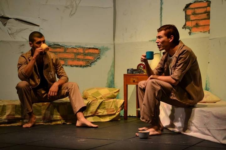 Una celda, dos colchones y una mesa son los elementos que dieron vida a las historias de Manuel Puig. Foto: Cortesía de La Guache Teatro